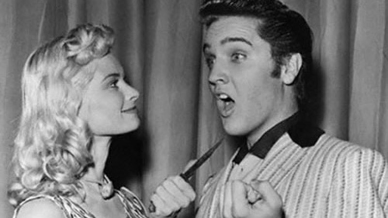 Elvis mit Irish McCalla im Backstage-Bereich