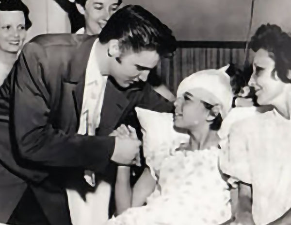Elvis im St. Joseph's Hospital in Memphis am 05. Juli 1956
