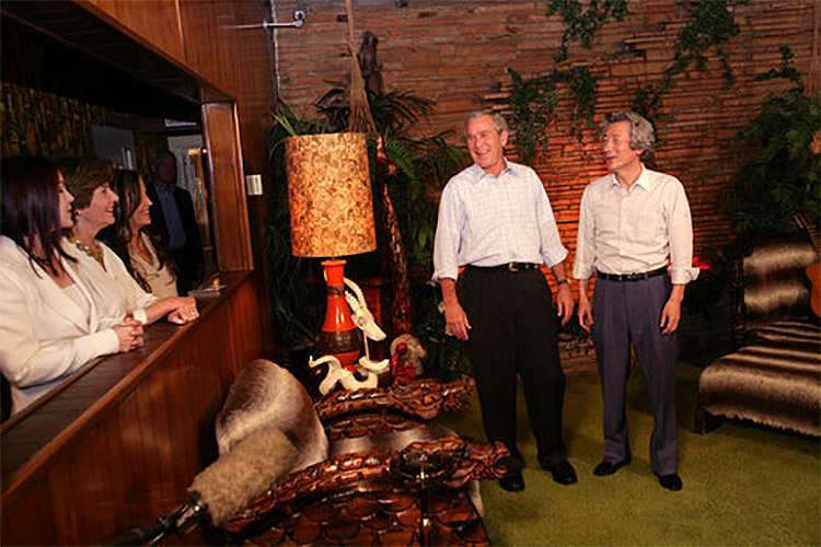 Bush und Koizumi im Jungle Room (Foto: White House / Shealah Craighead)