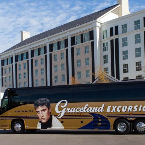 Der Excursions Tourbus vor dem Guest House At Graceland